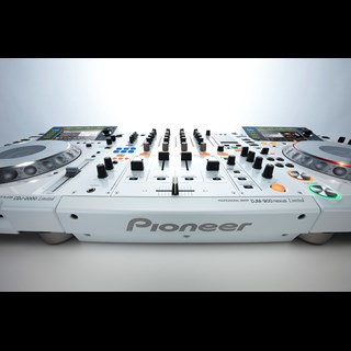 Vanaf nu te huur! Pioneer CDJ 2000 en de DJM 900 White Limited Edition & Chesterfield white led booth!!!